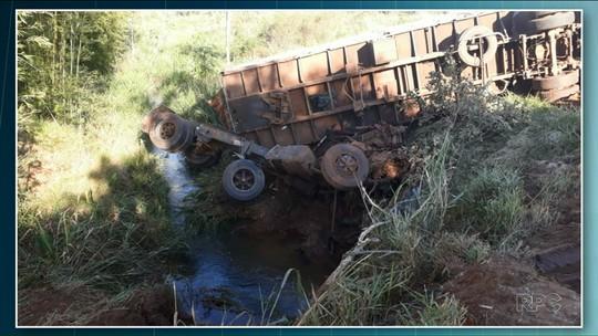 Caminhão cai em riacho em Tapira