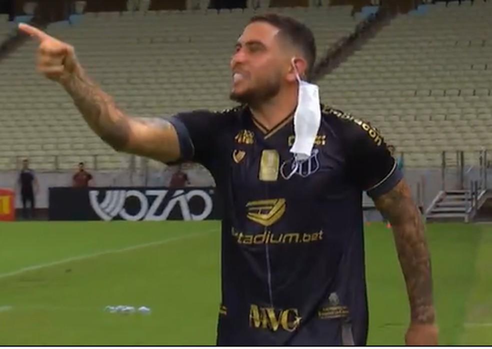 Leandro Carvalho com o dedo em riste em Ceará x Palmeiras, quando foi expulso pela quarta vez em 2020 — Foto: Reprodução/Premiere