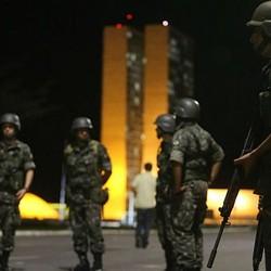 Soldados das forças armadas patrulham a Praça dos Três Poderes e a Esplanada dos Ministérios, Brasília (Foto: Nilton Fukuda / Estadão) | Soldados das forças armadas patrulham a Praça dos Três Poderes e a Esplanada dos Ministérios, Brasília (Foto: Nilton Fukuda / Estadão)
