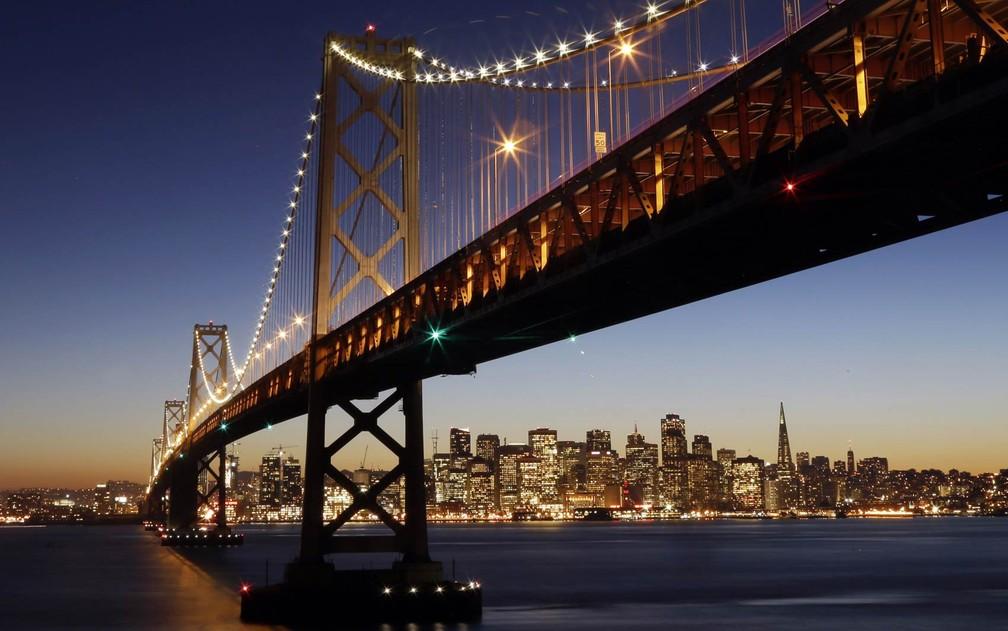Ponte da baía de San Francisco-Oakland é vista com o horizonte de prédios da cidade ao fundo ao por do sol de quarta-feira (7), em foto divulgada nesta quinta (8) — Foto: Marcio Jose Sanchez/AP