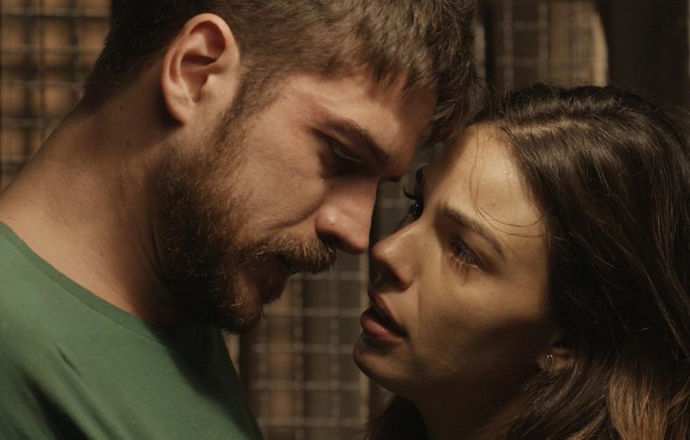 Em 'A Força do Querer', Rita (Isis Valverde) vai visitar Zeca (Marco Pigossi) na prisão — Foto: Globo