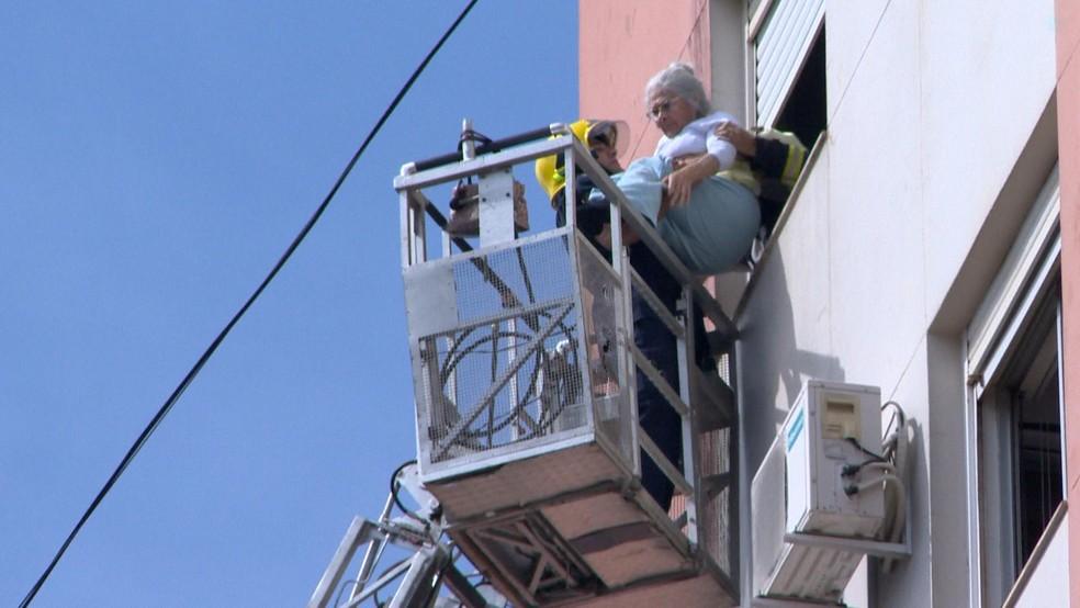 Cerca de 15 pessoas precisaram ser resgatadas pela janela (Foto: Reprodução/RBS TV)