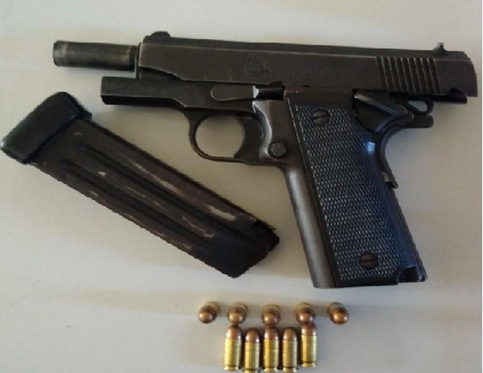 -  Pistola de calibre 380 apreendida com o suspeito foragido, em Porto Real do Colégio  Foto: Ascom/PC