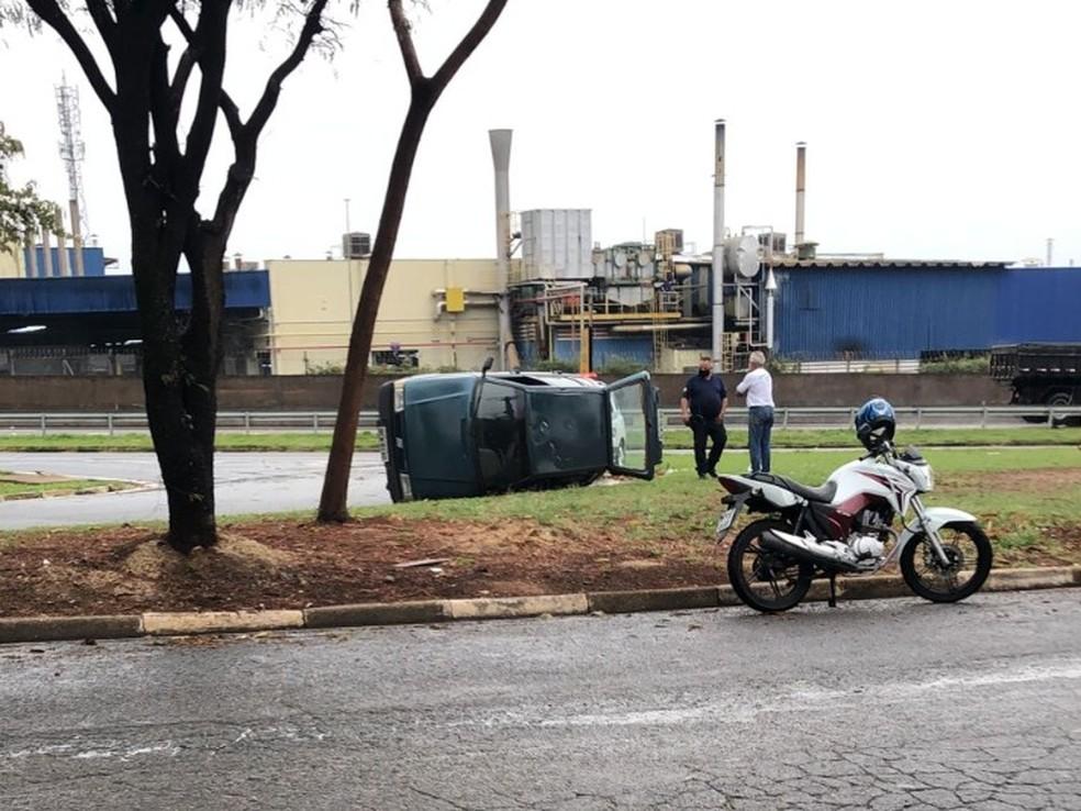 Carro tombou durante tempestade em Cerquilho — Foto: Arquivo pessoal