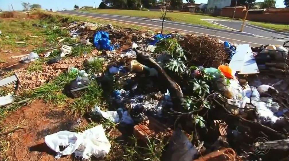 Mesmo regiões próximas a importantes avenidas estão tomadas pelo lixo — Foto: TV TEM/Reprodução