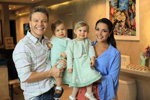 Thais Fersoza, Michel Teló e os filhos, Teodoro e Melinda (Foto: Thalita Castanha/Divulgação)