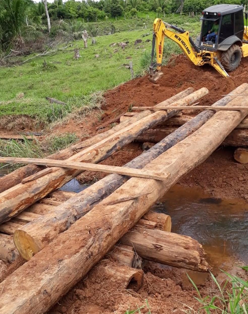 Madeiras foram doadas por produtores rurais para que a ponte fosse reconstruída.  — Foto: Secretaria de Obras/Divulgação