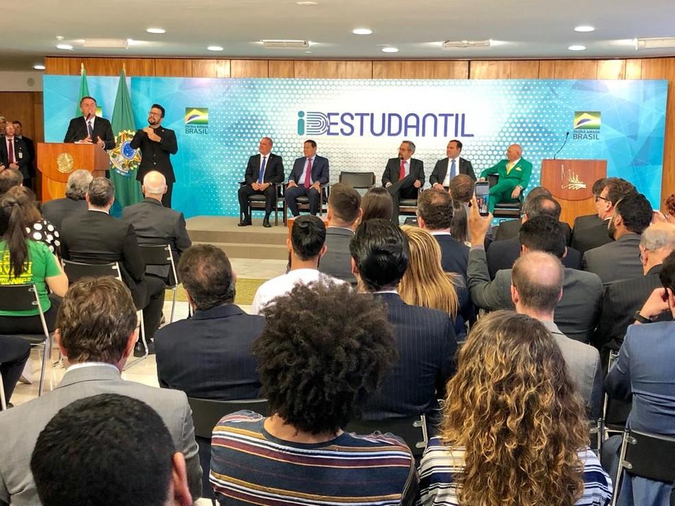 Cerimônia de assinatura da carteirinha de identificação estudantil — Foto: TV Globo