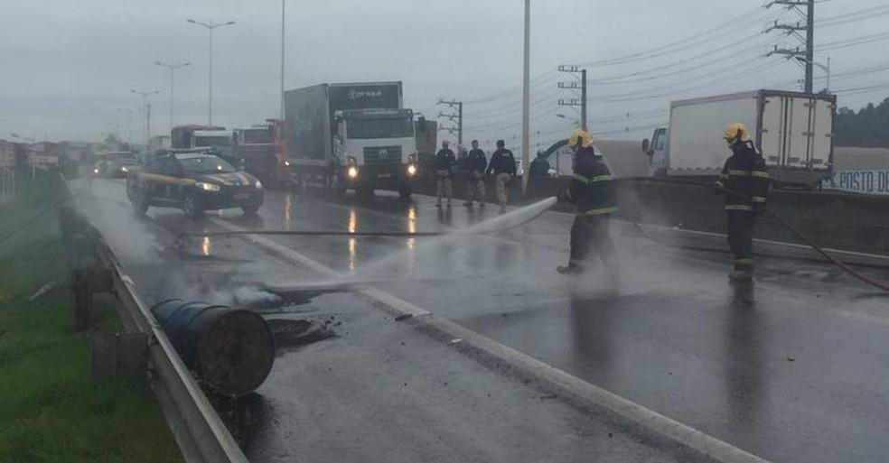 Corpo de Bombeiros libera Rodovia do Contorno após manifestação, no ES  — Foto: Eliana Gorritti/ TV Gazeta
