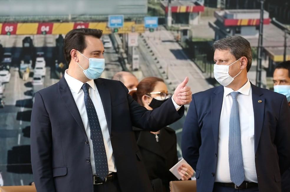 Ratinho Junior, governador do Paraná, ao lado do Ministro da Infraestrutura, Tarcísio Gomes de Freitas — Foto: Giuliano Gomes/PR Press