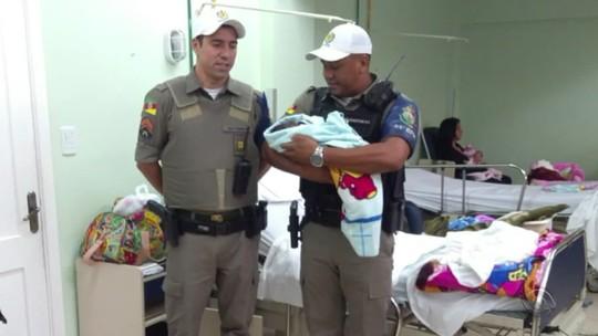 Policiais ajudam mulher em trabalho de parto em casa em Cachoeirinha