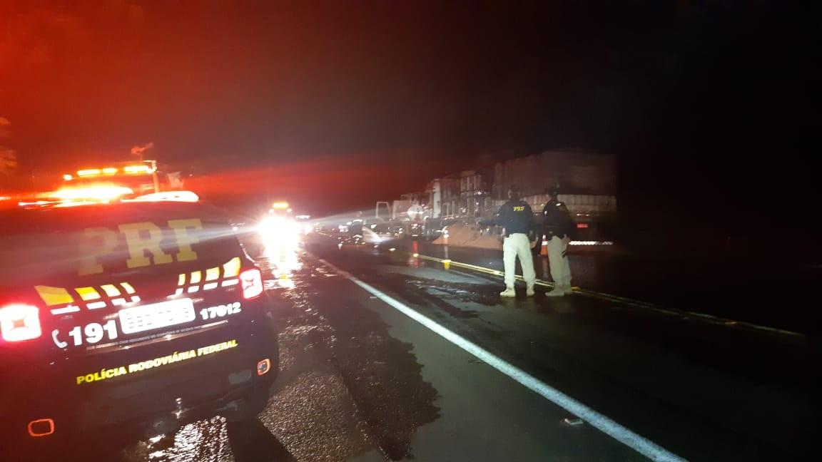 Caminhão carregado de grãos pega fogo na BR-376, em Ortigueira - Notícias - Plantão Diário