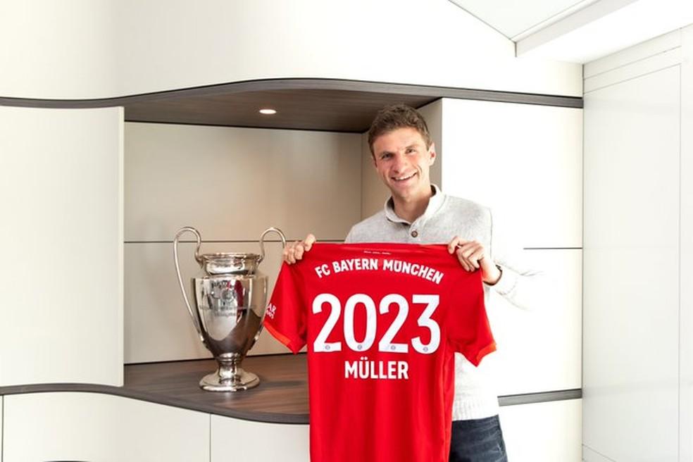 Thomas Müller posa com camisa comemorando renovação até 2023 — Foto: Reprodução/Twitter
