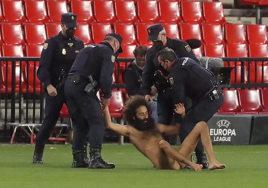 Invasor nu entra no gramado e interrompe por alguns minutos Granada x  Manchester United | liga europa | ge
