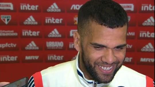 """Daniel Alves evita euforia no São Paulo, mas festeja gol na estreia: """"Tenho uma estrela diferente"""""""