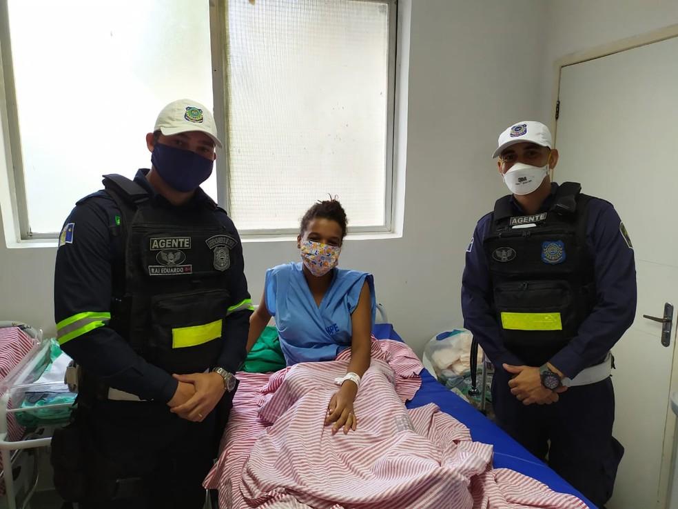 Agentes de trânsito ajudaram mulher durante parto no Recife — Foto: Reprodução/WhatsApp