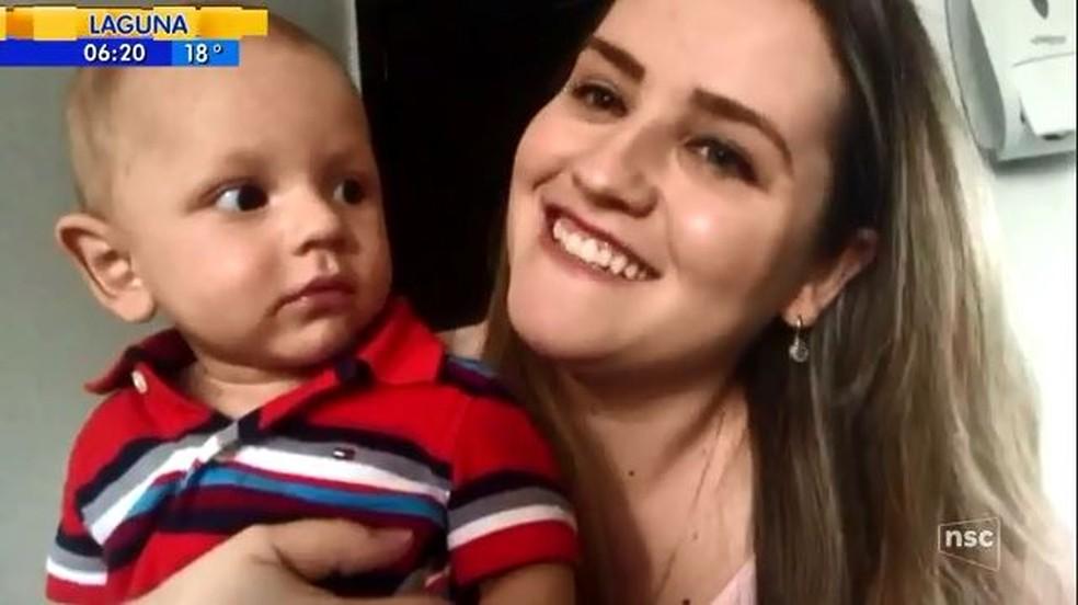 Mãe comemora sucesso do transplante do bebê (Foto: reprodução NSC TV)