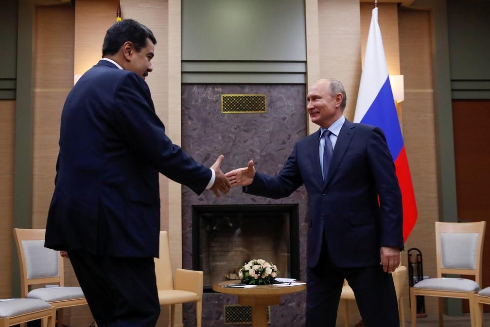 Nicolás Maduro e Vladimir Putin se cumprimentam em reunião em Moscou — Foto: Maxim Shemetov/Reuters