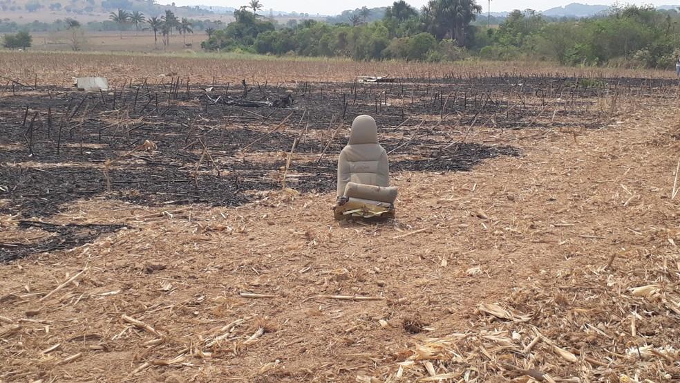 Destroços e poltrona de avião que caiu e explodiu em Guarantã do Norte: pai e filho morreram — Foto: Edevaldo Souza Kruger/Corpo de Bombeiros