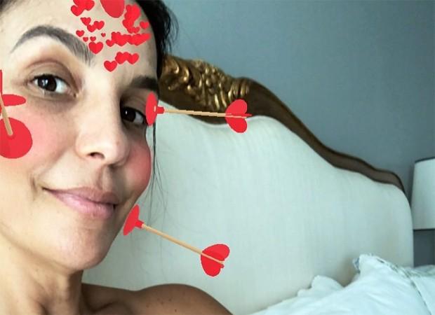 Ivete Sangalo interompe ensaio para amamentar as filhas e