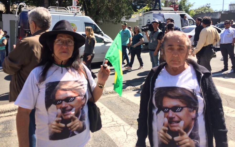 Professora Luci do Vale Rocha (à esq.) e a amiga, Valeria de Oliveira, na porta do Albert Einstein (Foto: Tahiane Stochero/G1)