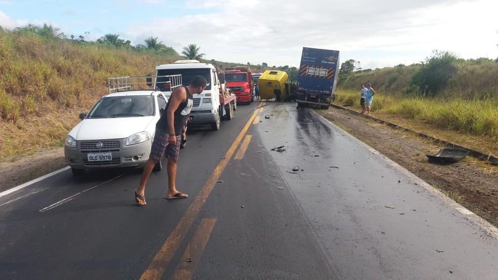 Carretas bateram de frente e atingiram motocicleta — Foto: Polícia Rodoviária Federal