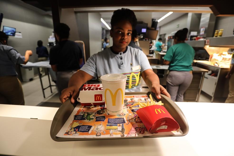 Funcionária do McDonald's entrega pedido a cliente (Foto: Fábio Tito/G1)