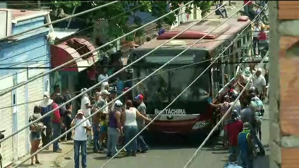 Manifestantes sacudiram na manhã deste sábado (23) ônibus na cidade de Ureña, na Venezuela, perto da fronteira com a Colômbia — Foto: Reprodução/GloboNews