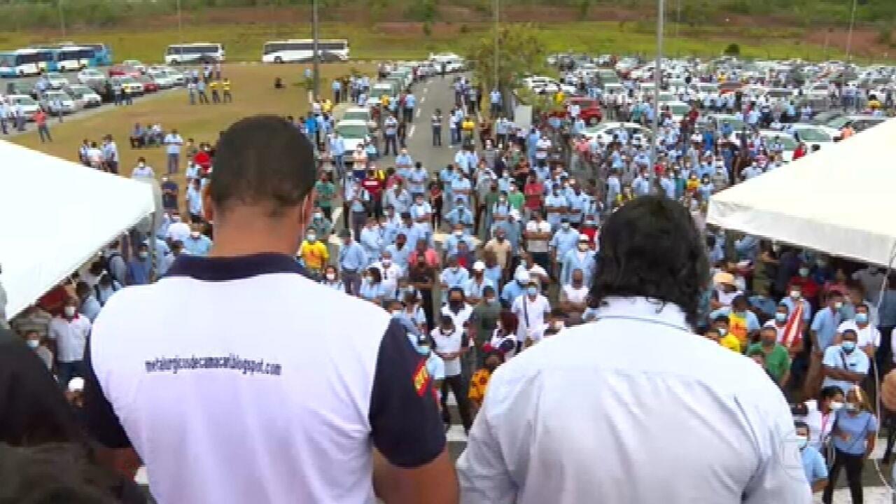 Trabalhadores da Ford protestam contra o fechamento das fábricas da montadora no Brasil
