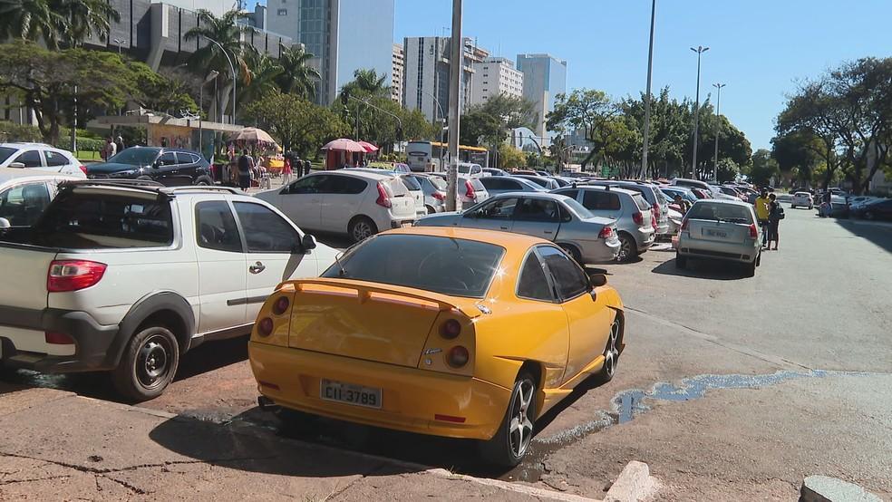 Carros em estacionamento público do Distrito Federal — Foto: TV Globo/Reprodução