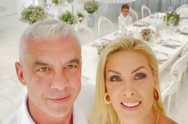 Ana Hickmann e Alexandrem Correa comemoram 23 anos de casados com o filho Alezinho (Foto: Reprodução)