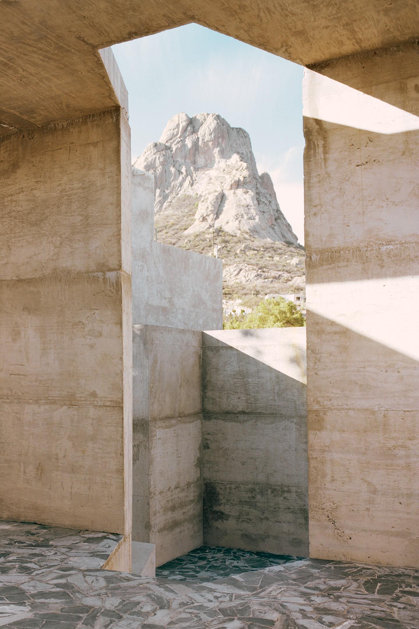 La casa en México tiene interiores de concreto e interesantes vistas a la montaña (Foto: Tom de Beuert)