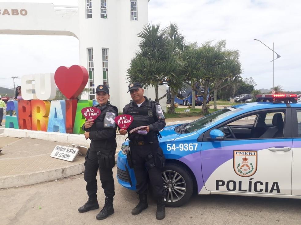 Patrulha Maria da Penha - Guardiões da Vida fazem ação de conscientização sobre importunação sexual durante o carnaval em Arraial do Cabo, no RJ — Foto: Divulgação/Comunicação social 25º BPM