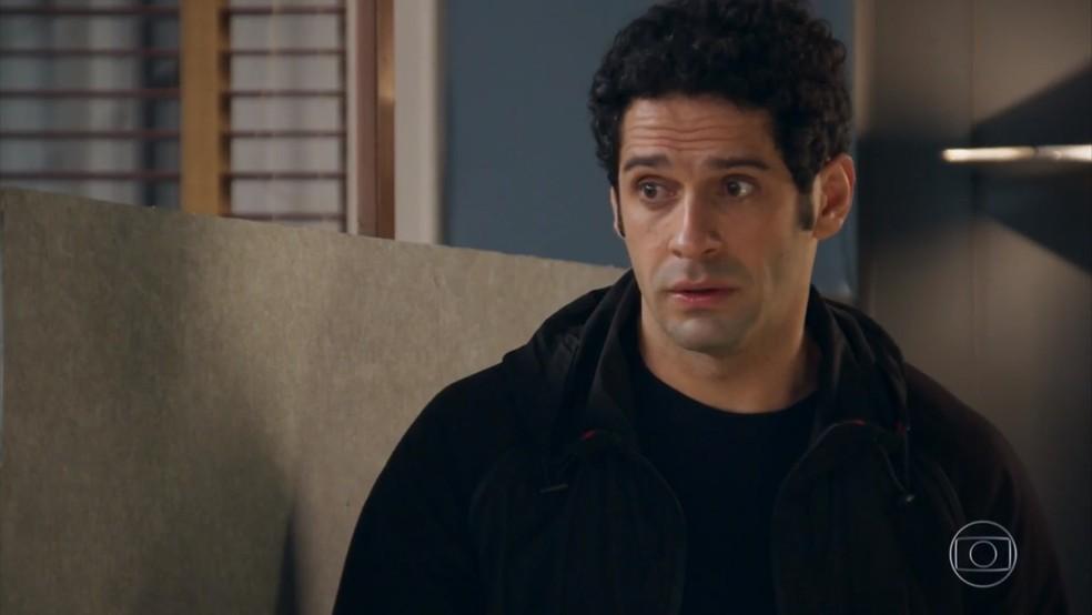 Beto (João Baldasserini) prepara Tamara (Cleo) para o que pode acontecer quando ele revelar a verdade - 'Haja Coração' — Foto: Globo