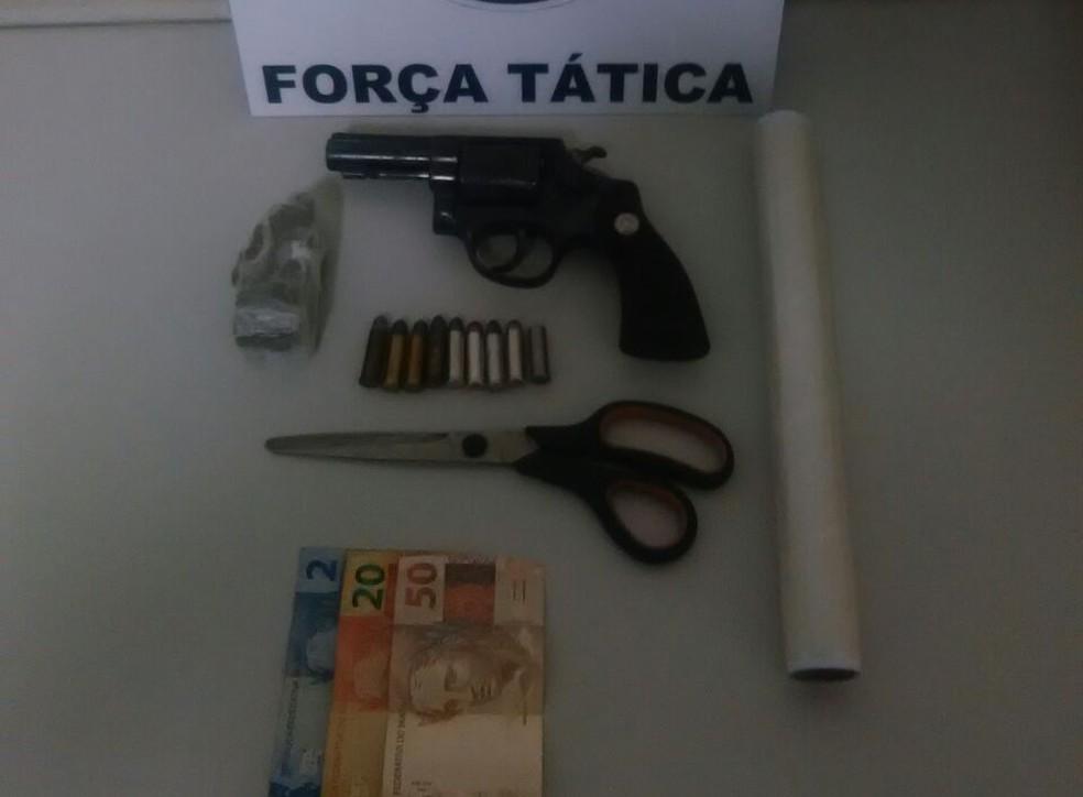 PM também localizou revólver e munições (Foto: Polícia Militar/Cedida)