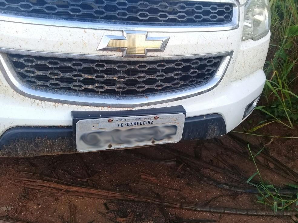 Carro de policial foi encontrado em canavial, em Tamandaré, na Mata Sul de Pernambuco (Foto: Divulgação/PMPE)