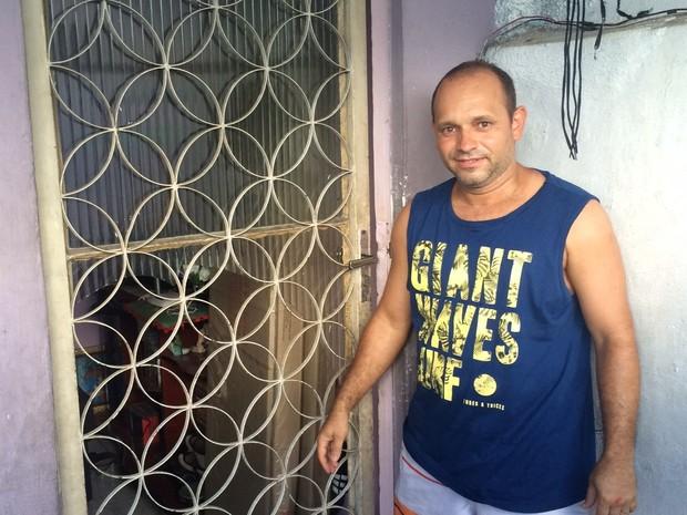 Morador teve o vidro de sua casa rachado com a explosão (Foto: Marcelo Elizardo/G1)