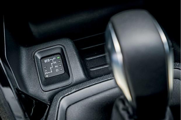 Peugeot 208 Griffe 1.6 - O único ponto que não é high tech é o indicador de marcha selecionada ao lado do câmbio (Foto: Rafael Munhoz)