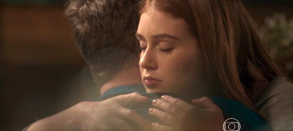 Eliza conforta Arthur — Foto: TV Globo