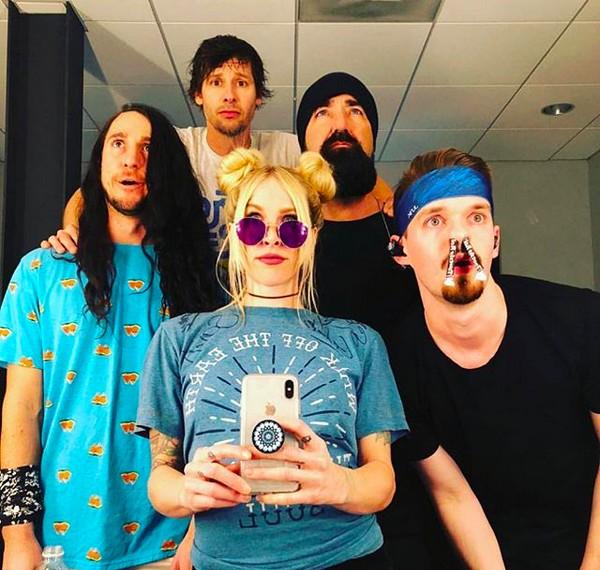 Os membros da banda Walk Off The Earth com o pianista Mike Beard Guy Taylor (Foto: Instagram)