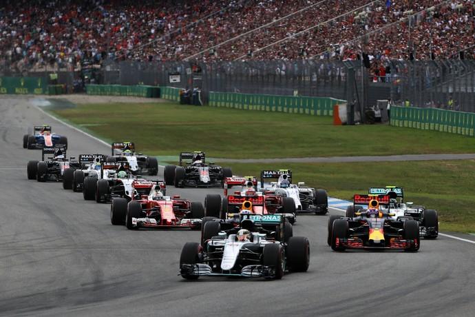 Lewis Hamilton assume a ponta na largada do GP da Alemanha (Foto: Getty Images)