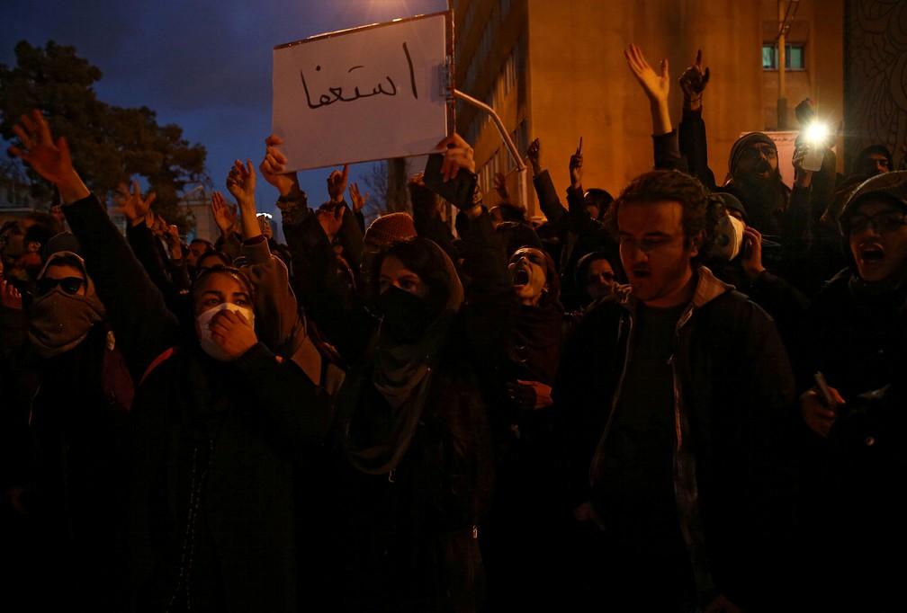 Manifestantes em Teerã no dia 11 de janeiro de 2020 — Foto: Nazanin Tabatabaee/Wana/ via Reuters