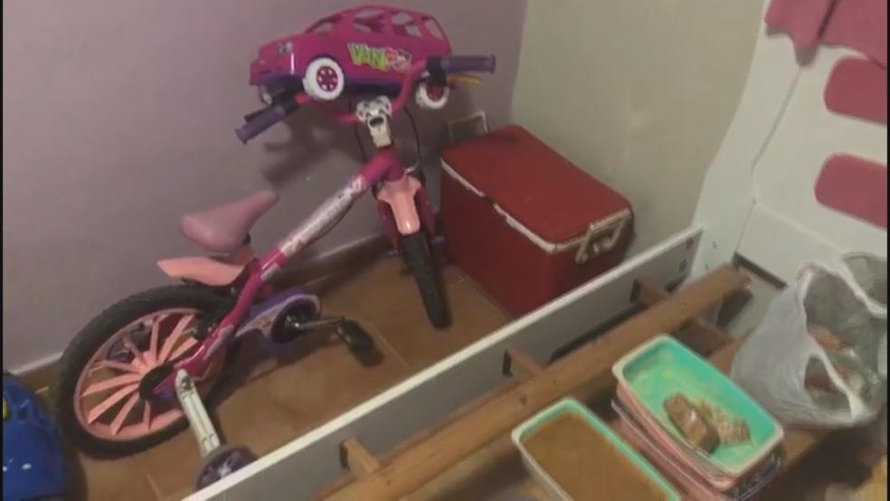 Crack encontrado em cama de criança de 2 anos em Samambaia, no DF, junto de brinquedos (Foto: Polícia Militar do DF/Divulgação)