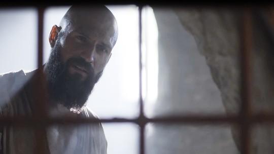 Constantino é envenenado por Catarina e agoniza na prisão