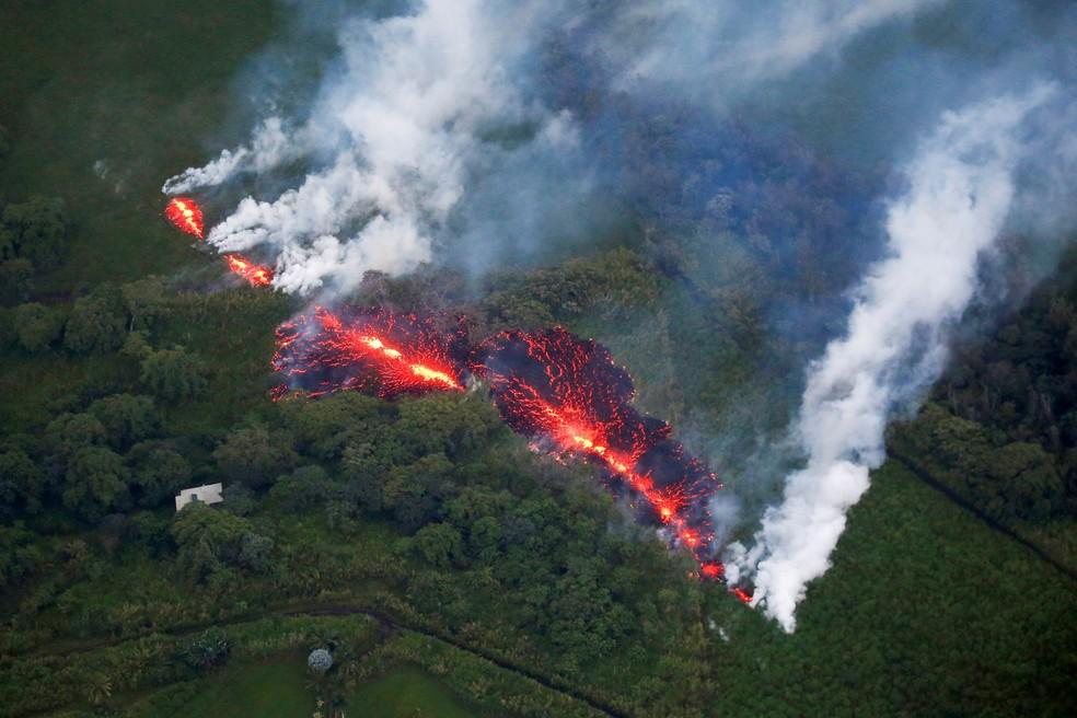 Lava abre uma fenda em meio à vegetação durante erupção do vulcão Kilauea, no Havaí, a leste da subdivisão Leilani Estates (Foto: Terray Sylvester/Reuters)