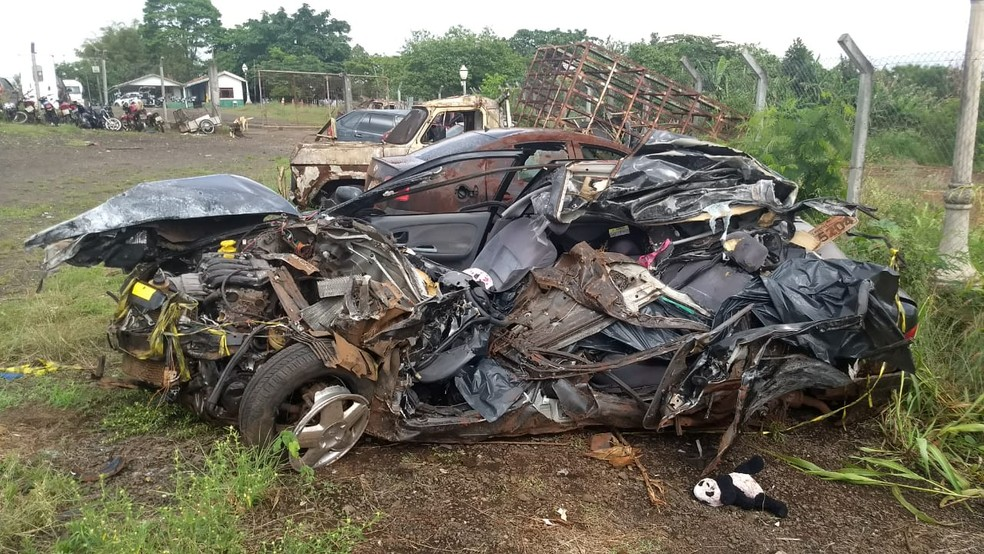 Carro onde estavam as vítimas ficou completamente destruído  — Foto: Alberto D'angele/RPC