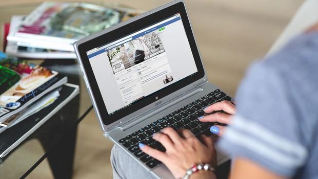 Usuária utiliza o Facebook em notebook (Foto: Pexels)