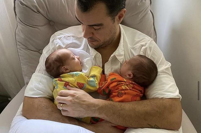 Joaquim Lopes e as filhas gêmeas  (Foto: Reprodução)