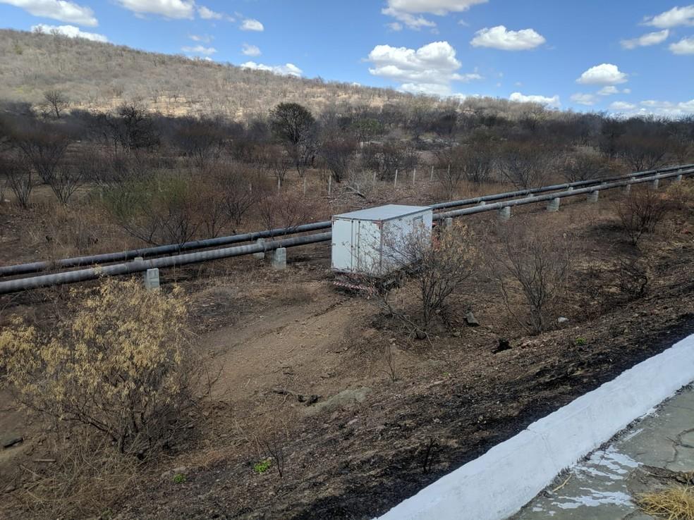 Após acidente, caminhão desceu barranco e parou próximo a tubulação de adutora, na BR-427 — Foto: Reprodução/Inter TV Cabugi