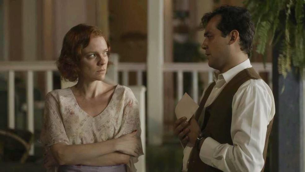 Zeca (Eduardo Sterblitch) pede que Olga (Maria Eduarda de Carvalho) confie nele — Foto: Globo